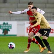 Die Formkurve von Filip Kostic (r.) zeigt nach oben: Hier im Duell mit Roland Sallai vom SC Freiburg.