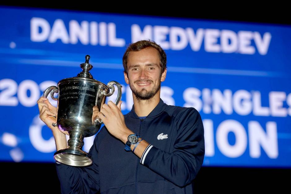 Strahlender Sieger: Daniil Medwedew mit der US-Open-Trophäe