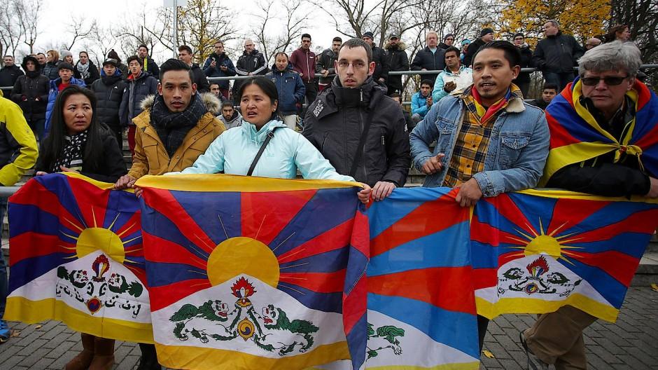 2017 rollten Exil-Tibeter auf der Tribüne von Schott Mainz ihre Flagge als Protest gegen die Unterdrückung ihres Volkes durch China aus.