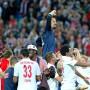 Auf den Schultern aus dem Stadion getragen: Fabio Coltorti war der Mann des Abends