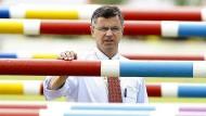 Reiche Ausländer zahlen das Dreifache: Bundestrainer Otto Becker über das Problem für Talente, gute Pferde zu halten.