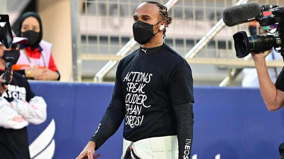 Schon vor dem Rennen im Mittelpunkt: Lewis Hamilton in Bahrein