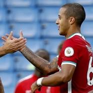 Ohne Anlaufzeit: Thiago (rechts) darf sich schon nach dem ersten Spiel Glückwünsche von Jürgen Klopp abholen.
