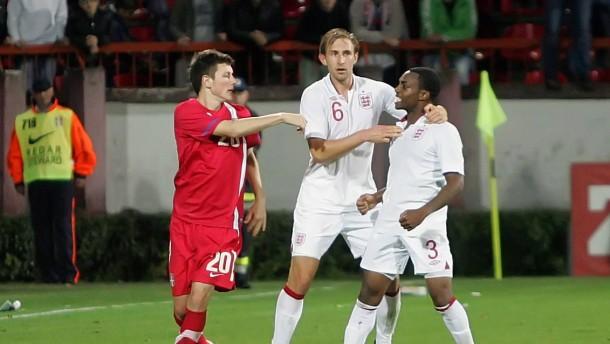 Danny Rose (rechts) wird in Serbien rassistisch beleidigt - und vom Schiedsrichter als einziger best