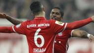 Wenn die Bayern feiern: Thiago herzt Torschütze Costa.