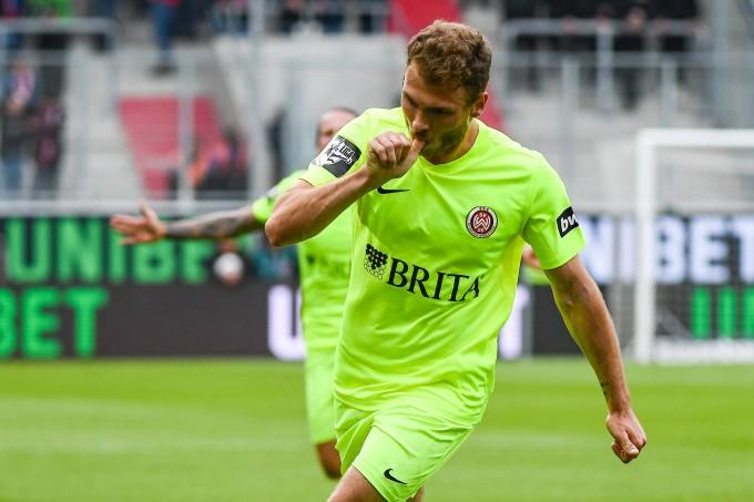 Jeder jubelt auf seine Weise: Maximilian Dittgen lutscht nach dem Treffer zum 2:1 am Daumen