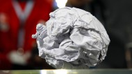 Die Papierkugel aus dem UEFA-Cup-Spiel des Hamburger SV gegen Werder Bremen.