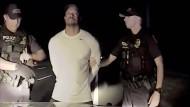 Tiger Woods hat Probleme, den Anweisungen der Polizisten zu folgen.