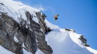 Am Rande des Abgrunds: Ein amerikanischer Big-Mountain-Skifahrer springt oberhalb Zinals im Schweizer Wallis