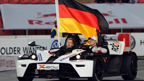 Auch in Bangkok halten Vettel (links) und Schumacher die deutsche Fahne hoch