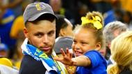 NBA-Star Stephen Curry (links, mit Tochter Riley) äußerte sich negativ zu Donald Trump.