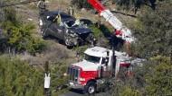 Nach dem Unfall von Tiger Woods wird der Wagen geborgen.