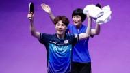 Historischer Erfolg: Der Südkoreaner Jang Woo-jin (links) und die Nordkoreamnerin Cha Hyo-sim  gewinnen im Tischtennis