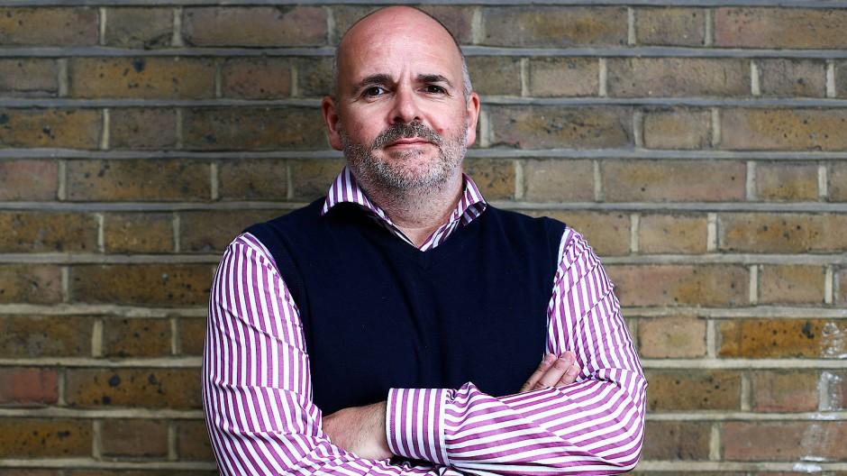 Der Engländer Fraser Perring, 47, stellt Firmen an den Pranger und verdient damit Millionen.