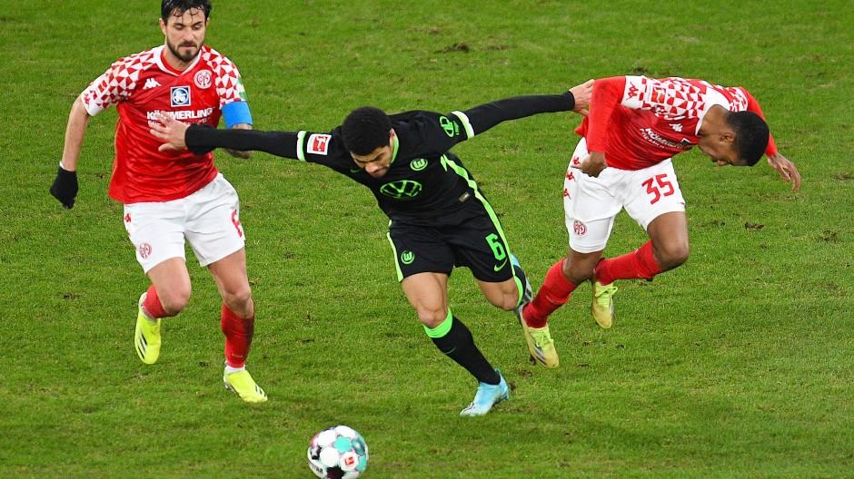 Nur Statisten: die Mainzer Barreiro Martins (r.) und Levin Ötztunali gegen Wolfsburgs Paulo Otavio