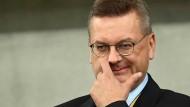 Die Luft für DFB-Präsident Reinhard Grindel wird immer dünner.