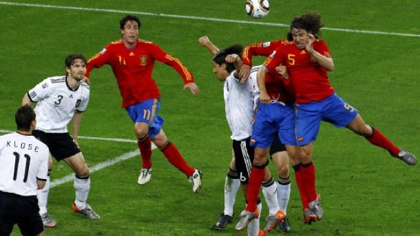 Das 0:1 - Carles Puyol setzt sich nach einer Ecke wuchtig durch