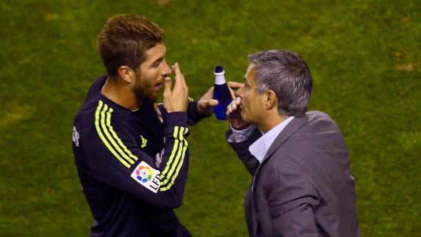 Ramos verkleidet sich als Özil