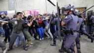 Polizei setzt Schlagstöcke gegen Demonstranten ein
