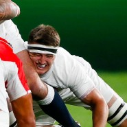 Gedränge vor dem Einwurf: Teams aus England und Tonga stehen bereit