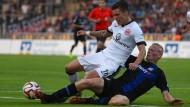 Eintracht obenauf: Stürmer Vaclav Kadlec wird von FSV-Profi Tom Beugelsdijk in den Bodenkampf gezwungen