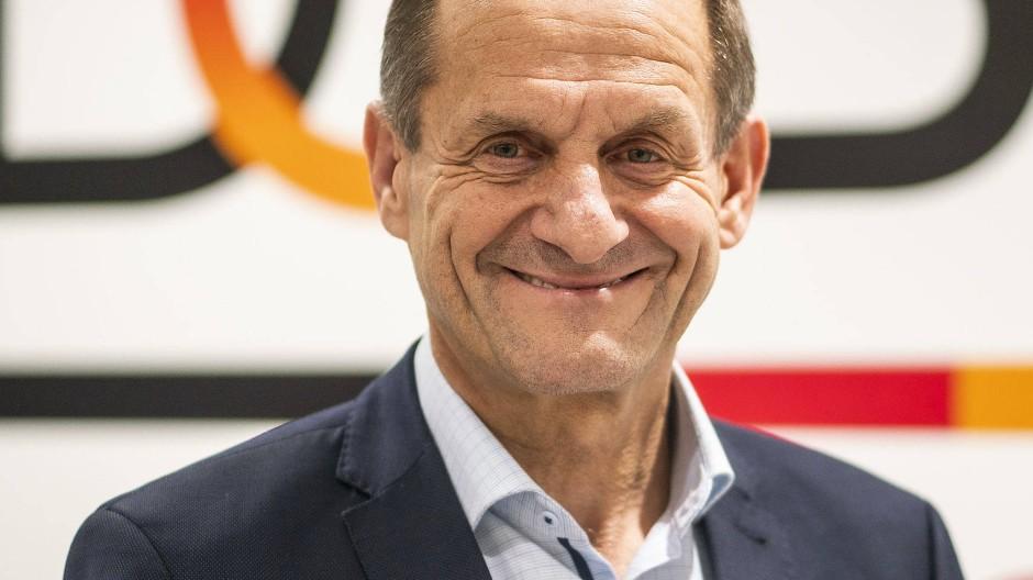 DOSB-Präsident Alfons Hörmann kontrolliert von oben herab.
