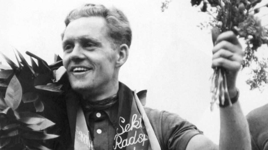 Ein Held des Systems: Radrennfahrer Gustav-Adolf Schur, hier bei der Siegerehrung der sechsten DDR-Rundfahrt 1954
