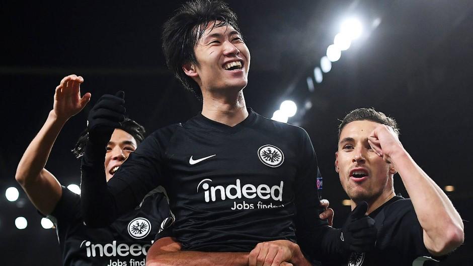 Glücksgefühle: Daichi Kamada (Mitte) lässt sich für seine entscheidenden Treffer feiern.