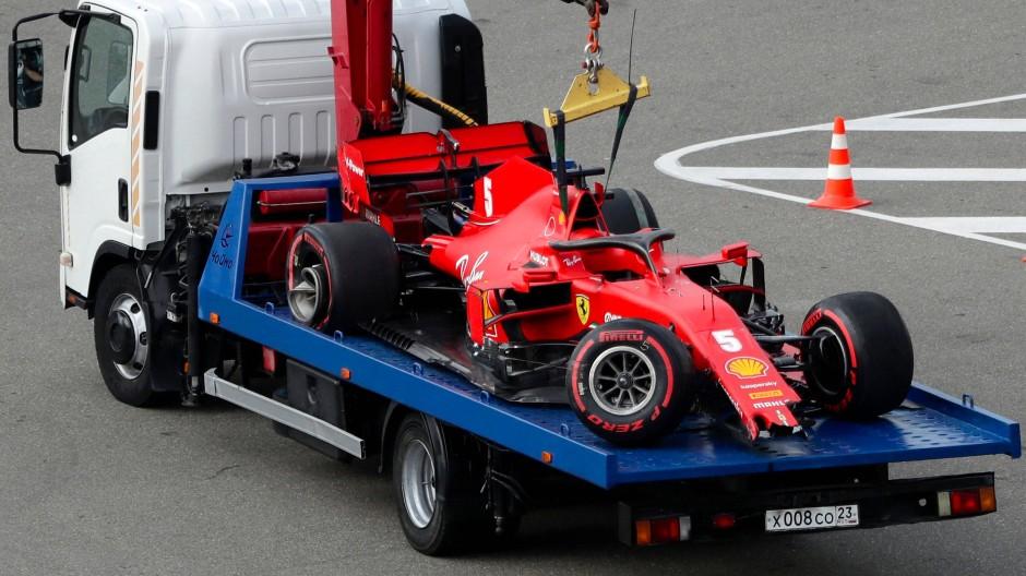 Das Auto von Sebastian Vettel endete in Sotschi auf dem Abschleppwagen.