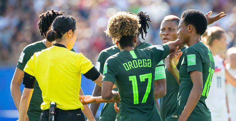 Die Nigerianerinnen hatten einigen Diskussionsbedarf mit der Schiedsrichterin.