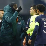 Ein aufgebrachter Demba Ba (links) redet auf den Schiedsrichter ein.
