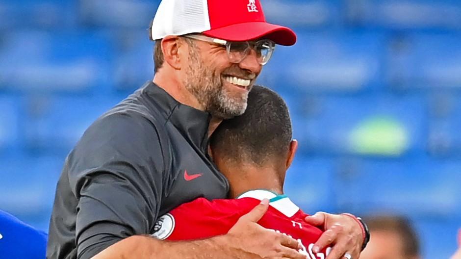 Jürgen Klopp freut sich mit seinem Neuzugang Thiago nach dem Sieg beim FC Chelsea.