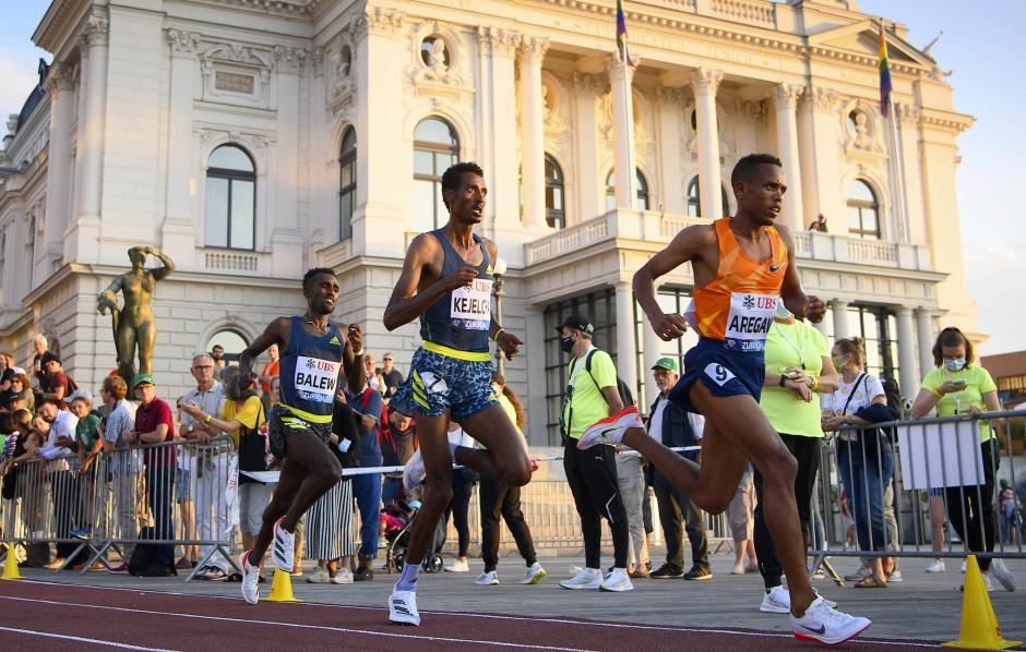 Nur um Armlängen entfernt: Berihu Aregawi führt das 5000-Meter-Feld nah am Publikum vorbei