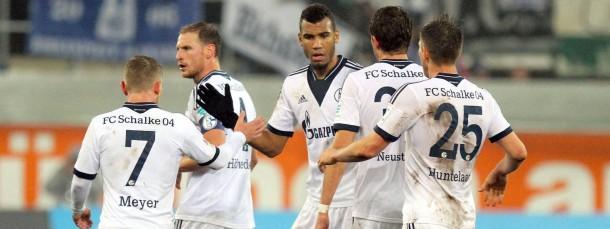Von harter Arbeit gezeichnet: Die Schalker gratulieren Torschütze Choupo-Moting (Mitte).