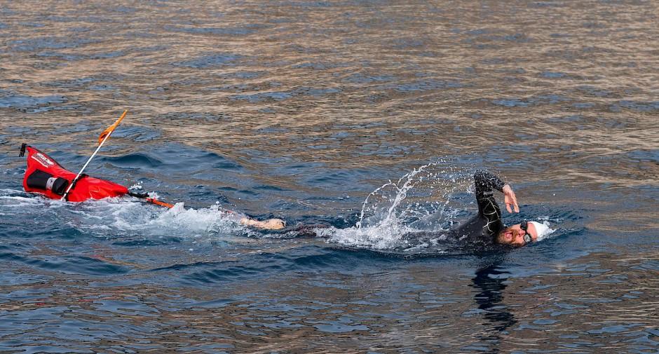 Immer mit Floß: Jonas Deichmann transportiert beim Schwimmen sein Gepäck selbst.