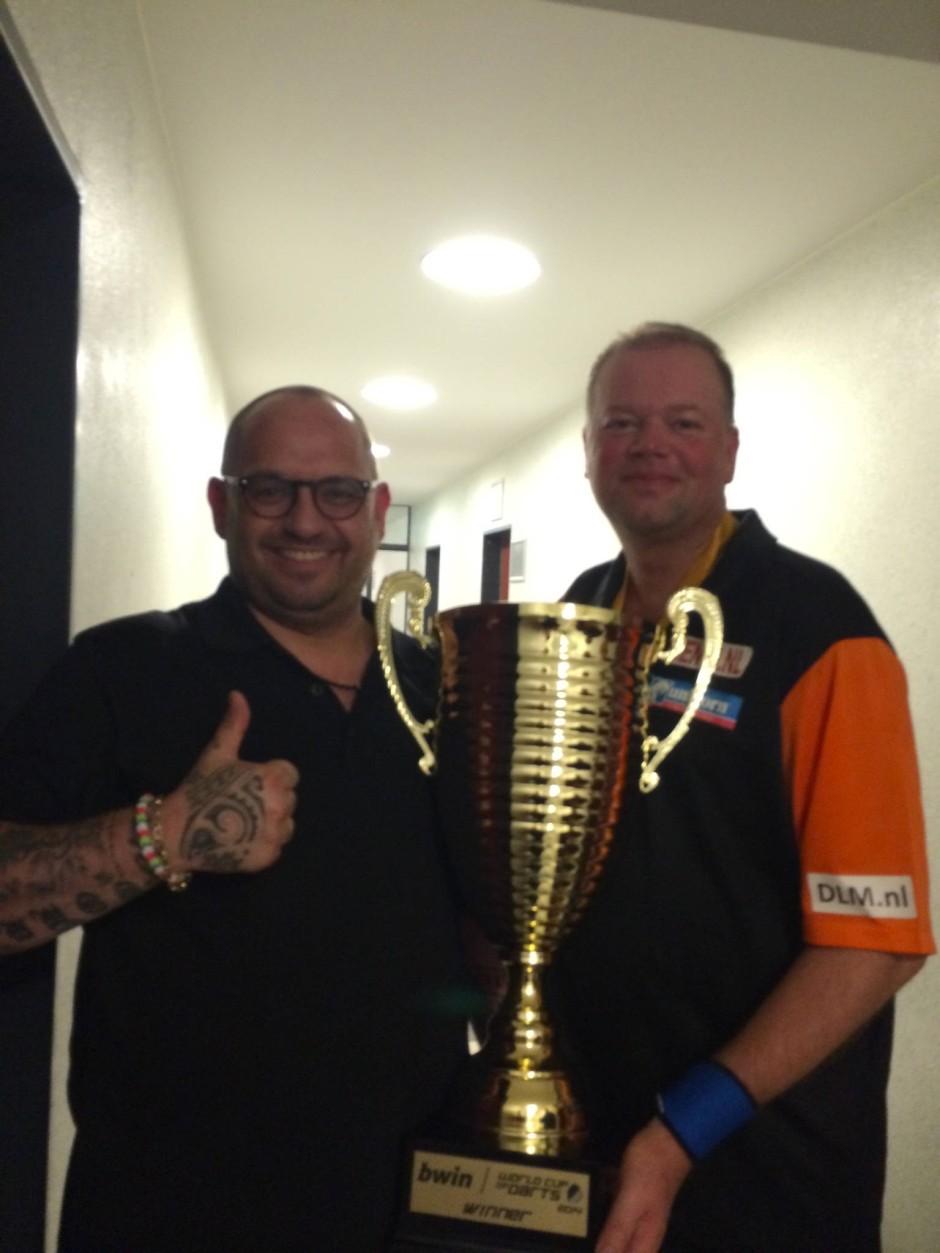 Kumpel der Darts-Größen: Gordon Shumway (l.) mit Raymond van Barneveld - der Pokal dürfte dem Niederländer gehören