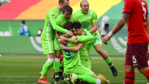 Wolfsburg hadert lange und jubelt doch