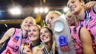 Im Rosa Trikot des Champions-League-Gewinners: Kozuch (mit Pokal) und Mitspielerinnen bei der Siegesfeier