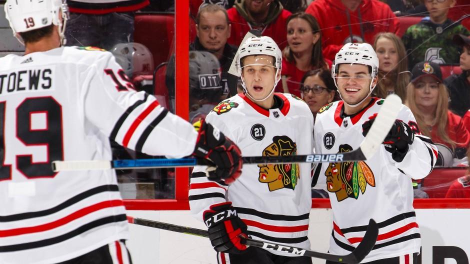 Dominik Kahun (Mitte) überzeugt bei seinem Debüt in der NHL für die Chicago Blackhawks.