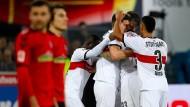 Die Stuttgarter Spieler jubeln über den Auswärtserfolg, für die Freiburger könnte die Situation nun ungemütlich werden.