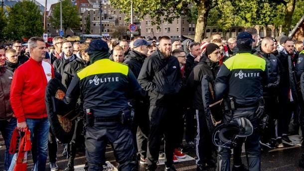 Blutende Fans und chaotische Szenen in Rotterdam
