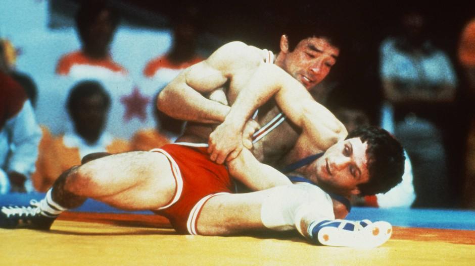 In gefährlicher Lage: 1984 gewann Pasquale Passarelli (unten) gegen den Japaner Masaki Ito Gold, nun steht sein härtester Kampf vor Gericht bevor.