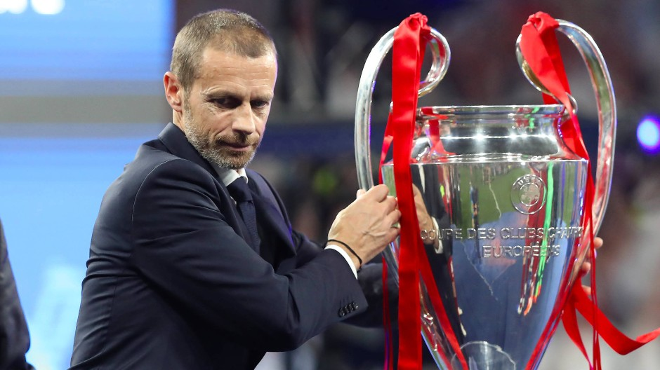 Wohin damit? Uefa-Chef Ceferin und der Champions-League-Pokal