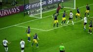 Plötzlich steht das Stadion Kopf: Toni Kroos (links) zirkelt einen Freistoß in die Maschen. Deutschland gewinnt 2:1.