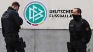 Beamte der Polizei am Mittwochmorgen vor der Zentrale des Deutschen Fußball-Bundes in Frankfurt am Main.