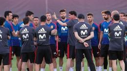 Spanien gewinnt nach Trainer-Chaos