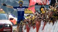 Jubelnd über die Ziellinie: Julian Alaphilippe gewinnt die 10. Etappe der Tour de France.