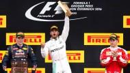 Sieg in der Schlussrunde: Lewis Hamiltons Freude ist umso größer, weil Konkurrent und Stallgefährte Rosberg auf dem Podium fehlt