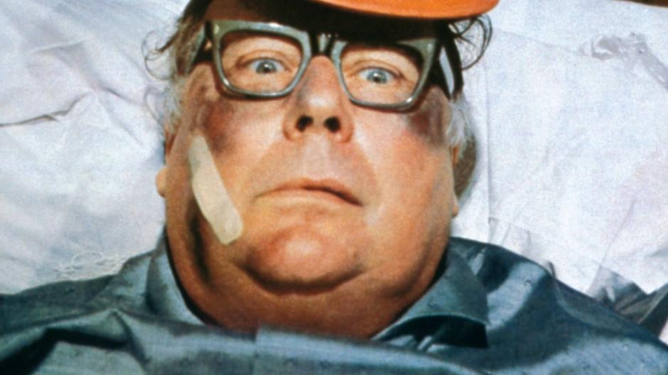 Heinz Erhardt hatte vom Fußball schon 1971 Kopfschmerzen. Mancher Vereinsvorstand fühlt sich heute wie Willi Winzig.