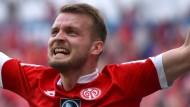 Ganz schön viel los in Mainz: Auch Daniel Brosinski hat seinen Spaß.